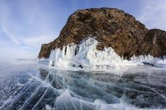 De winter Baikal met duidelijk ijs en bezinning van rotsen Royalty-vrije Stock Foto's