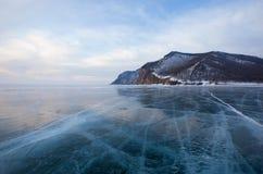 De winter Baikal met duidelijk ijs en bezinning van rotsen Stock Foto's