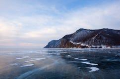 De winter Baikal met duidelijk ijs en bezinning van rotsen Stock Afbeeldingen