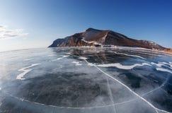 De winter Baikal met duidelijk ijs en bezinning van rotsen Stock Foto
