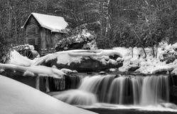 De winter bedekt de Maalkorenmolen royalty-vrije stock foto