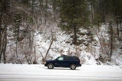 De winter behandelde vallei in Spearfish, BR Suv op weg Royalty-vrije Stock Foto