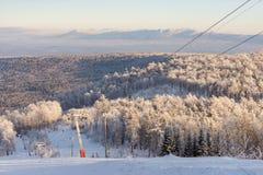 De winter in de bergen stock afbeeldingen