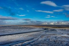De winter in de bergen Kerstmislandschap op een zonnige ochtend Royalty-vrije Stock Afbeelding