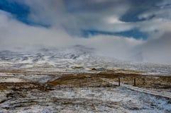 De winter in de bergen Kerstmislandschap op een zonnige ochtend Royalty-vrije Stock Afbeeldingen