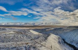 De winter in de bergen Kerstmislandschap op een zonnige ochtend Stock Foto