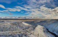 De winter in de bergen Kerstmislandschap op een zonnige ochtend Stock Foto's