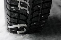 De winter beslagen band in de sneeuw stock fotografie