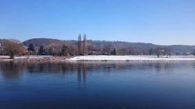 De winter bij de rivier Stock Foto