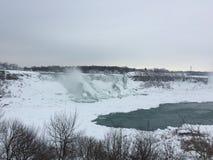 De winter bij Niagara-Dalingen en de Bruids Dalingen Stock Fotografie