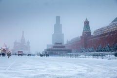 De winter bij Rood Vierkant met Kathedraal van het Basilicum van Heilige het Heilige en mausoleum van Lenin Royalty-vrije Stock Afbeelding