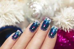 De winter blauwe manicure. stock afbeeldingen