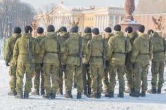 In de winter, de bouw van militairen op Paleisvierkant stock foto