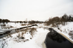 De winter daglandschap met sneeuw, rivier en bomen Royalty-vrije Stock Foto