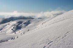 De winter, de Oekraïne, berg, Karpatische zonsondergang, bergketen, landschappen, toerisme, sneeuwreis, in openlucht, hemel, mist Royalty-vrije Stock Afbeelding