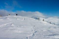 De winter, de Oekraïne, berg, Karpatische zonsondergang, bergketen, landschappen, toerisme, sneeuwreis, in openlucht, hemel, mist Royalty-vrije Stock Fotografie