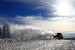 De winter: de vrachtwagen van de sneeuwploeg Stock Foto