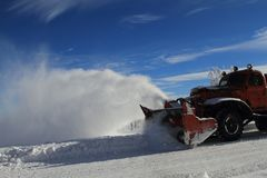 De winter: de vrachtwagen van de sneeuwploeg Stock Afbeeldingen