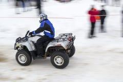 De winter die ATV rennen stock afbeeldingen