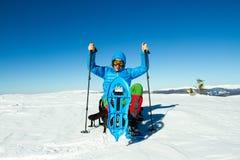De winter die in de bergen op sneeuwschoenen met een rugzak en een tent wandelen Royalty-vrije Stock Foto's