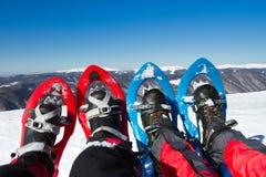 De winter die in de bergen op sneeuwschoenen met een rugzak en een tent wandelen Royalty-vrije Stock Fotografie