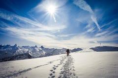 De winter die in de Zwitserse Alpen wandelen Stock Foto's