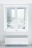 De winter die door het venster wordt gezien Stock Foto's