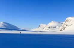 De winter die op de Kungsleden-sleep merken. stock foto