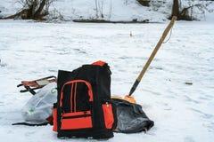 De winter die op ijs vissen Royalty-vrije Stock Afbeeldingen