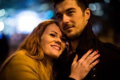 De winter die - paar in straat bij nacht dateren royalty-vrije stock afbeeldingen