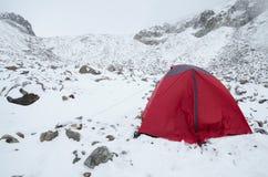 De winter die in de Zwitserse Alpen kamperen Royalty-vrije Stock Foto