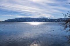 De winter door het meer in Kastoria, Griekenland Stock Foto's