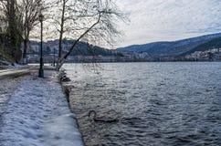 De winter door het meer in Kastoria, Griekenland Stock Fotografie