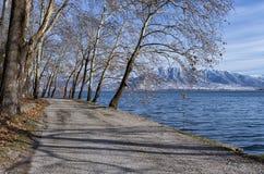 De winter door het meer in Kastoria, Griekenland Stock Foto