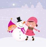 De winter en Kerstmis: Twee gelukkige kinderen die Sn maken Stock Foto