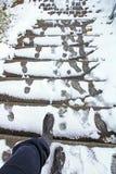 In de winter is er een gevaar om op een snow-covered trap uit te glijden stock foto's