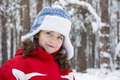 In de winter, is er een klein meisje in het bos Stock Afbeelding
