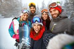 De winter, extreme sport en mensenconcept - vrienden die pret hebben  Royalty-vrije Stock Foto's