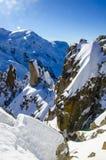 De winter in Franse bergen Franse die alpen met sneeuw worden behandeld Panoramaticmening van Mont Blanc in de linkerkant van de  royalty-vrije stock afbeelding