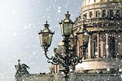 De winter in Heilige Petersburg Heilige Isaac Cathedral in sneeuwstorm, St. Petersburg, Rusland royalty-vrije stock fotografie