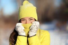 De winter het bevriezen vrouw die gezicht van koude behandelen stock foto