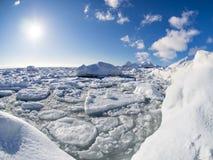 De winter in het Noordpoolgebied - ijs, overzees, bergen, gletsjers - Spitsbergen, Svalbard Royalty-vrije Stock Foto's