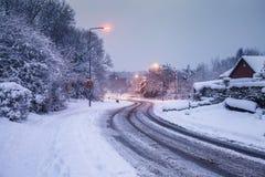 De winter in het Verenigd Koninkrijk Lege Weg en Straatlantaarns langs Onderzoek Stock Foto