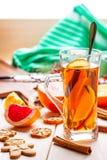 De winter hete drank met kruiden op houten lijst Royalty-vrije Stock Afbeeldingen