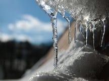 De winter Icycles op het dak Stock Afbeeldingen