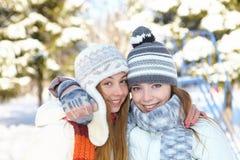 De winter. Jonge vrouwen in openlucht Stock Afbeeldingen