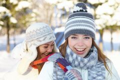 De winter. Jonge vrouwen in openlucht. Stock Afbeeldingen