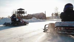 De de winter karting concurrentie op het ijsspoor klem De motie van gaat kart ras in de winter stock videobeelden