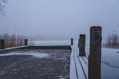 De winter komt Bevroren overzees Niets sloeg rotsen royalty-vrije stock foto
