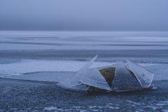 De winter komt Bevroren overzees Niets sloeg rotsen stock foto